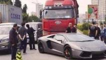 豪车别大货车,货车司机被激怒,接下来的一幕只能说不作不会死