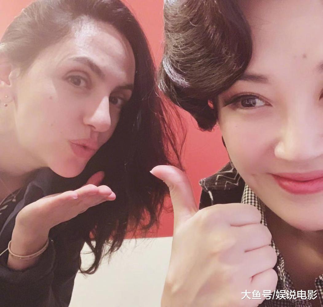 许晴与刘烨老婆安娜后台合影! 东西方美女各有风情 50岁许晴毫无违和感