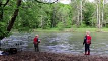 带上孩子去钓鱼,他们感到愉快,自己收获满足