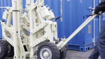 这个移动千斤顶够先进,轻松拉走数十吨货物,相当实用!