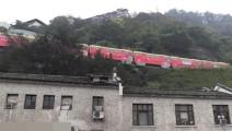 1中国最险轻轨轨道,弯道超过90度,像坐过山车,坐上去不怕吗
