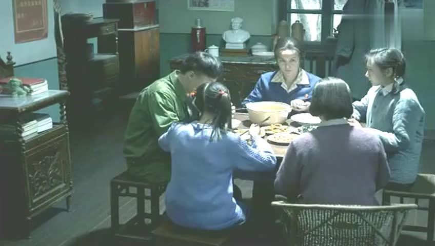 过年了, 桌上有老母鸡炖汤, 红烧带鱼, 一家人却高兴不起来