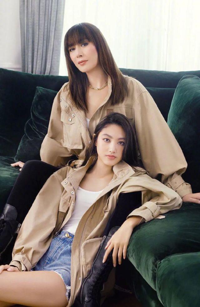 任达华女儿不出道太可惜,任晴佳和妈妈琦琦一起登上了杂志,虽然才刚刚15岁