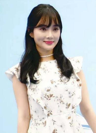 李小璐一家出席活动, 公主发型似郑爽, 甜馨颜值高过了妈妈