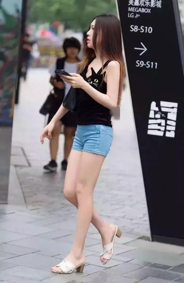 街拍: 有魅力的小姐姐, 穿搭一件短裤表达出了对夏季的盼望