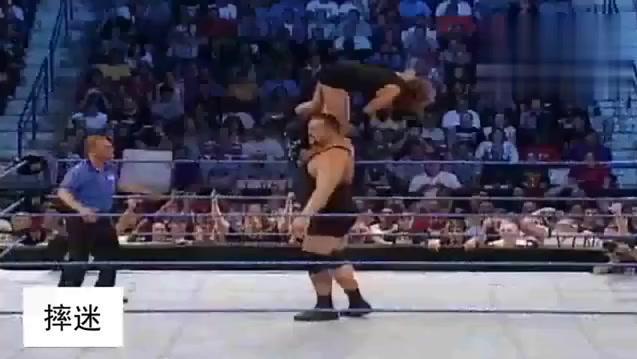 WWE 斯蒂芬妮被大秀哥单手举起欲要爆摔,其父阻拦被女儿扇耳光