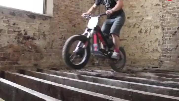 大神!你还能骑个摩托车上楼而且这么溜,能把摩托车骑成这样也真是服了!