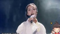 她弹得一手好古筝被称为六指琴魔,抚琴之技盖世无双,歌声更是绝