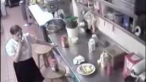 实拍饭店招惹了女服务员后,监控摄像头在后厨拍下这样令人恶心的一幕!