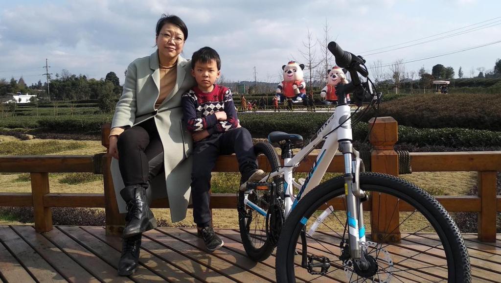 小伟伟在红草村学骑单车