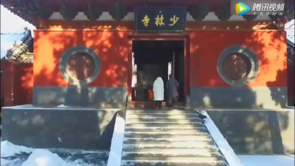 少林众僧雪地习练少林功夫,展示中国武术精髓