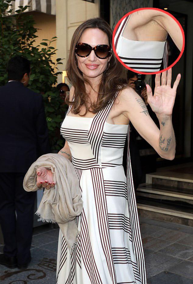 特意秀出无名指戒指 安吉丽娜朱莉为防乳癌切除后假体首曝光