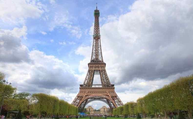 同时 巴黎市政府决定在埃菲尔铁塔周围建造由玻璃制成的透明防弹墙.