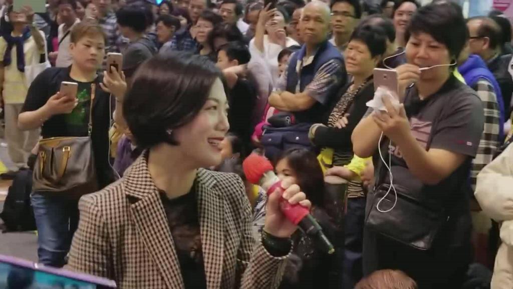 街头歌手翻唱邓丽君经典歌曲《你怎么说》嗓音神似,太惊艳了