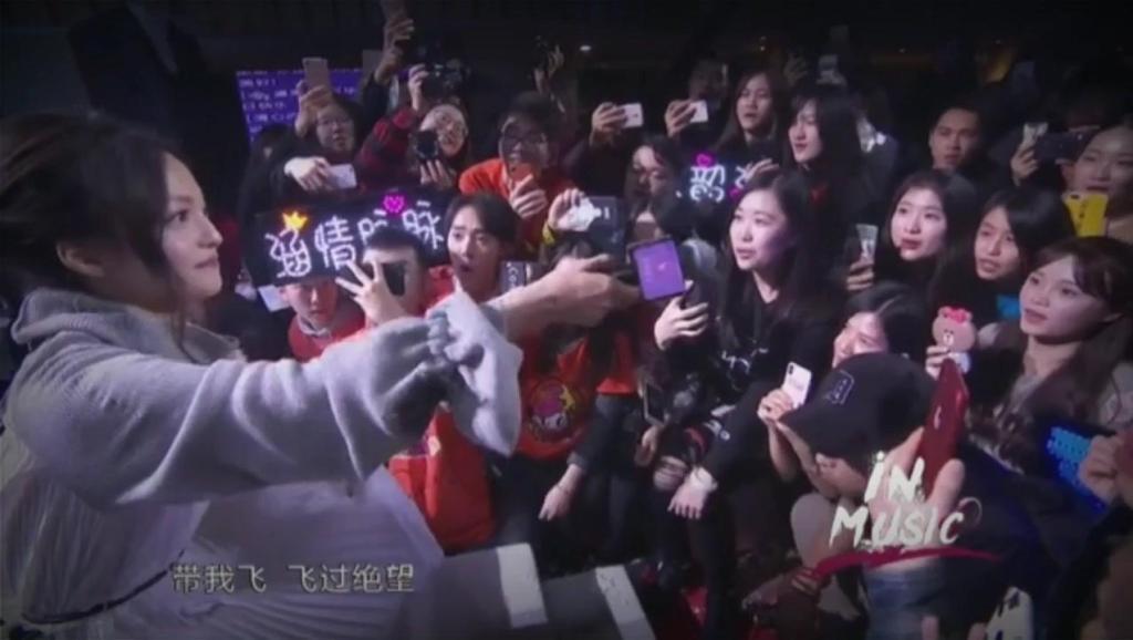 张韶涵生日会含泪演唱《隐形的翅膀》,唱出了自己的青春