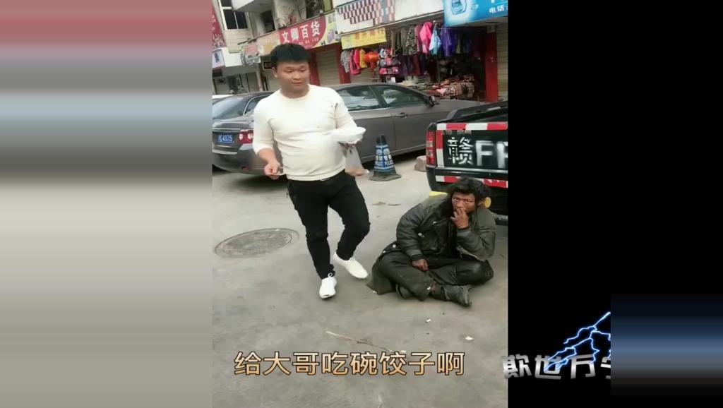 好心男子街头陪乞丐过年吃饺子,传递满满都正能量!