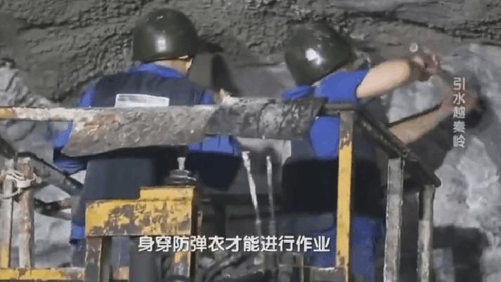 工人必须头戴钢盔身穿防弹衣,这条引水隧道究竟有多危险?