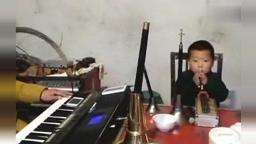 三岁娃娃唢呐表演河南曲剧《二进宫》吹得太好了!