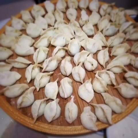 包饺子和面的方法香油,水(高汤最好),还可以加点胡椒粉什么的.