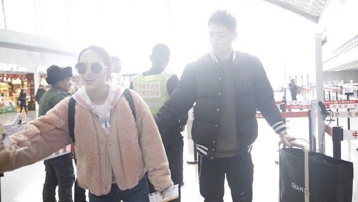 张嘉倪买超现身机场, 一整车行李全交给老公, 张嘉倪负责貌美如花