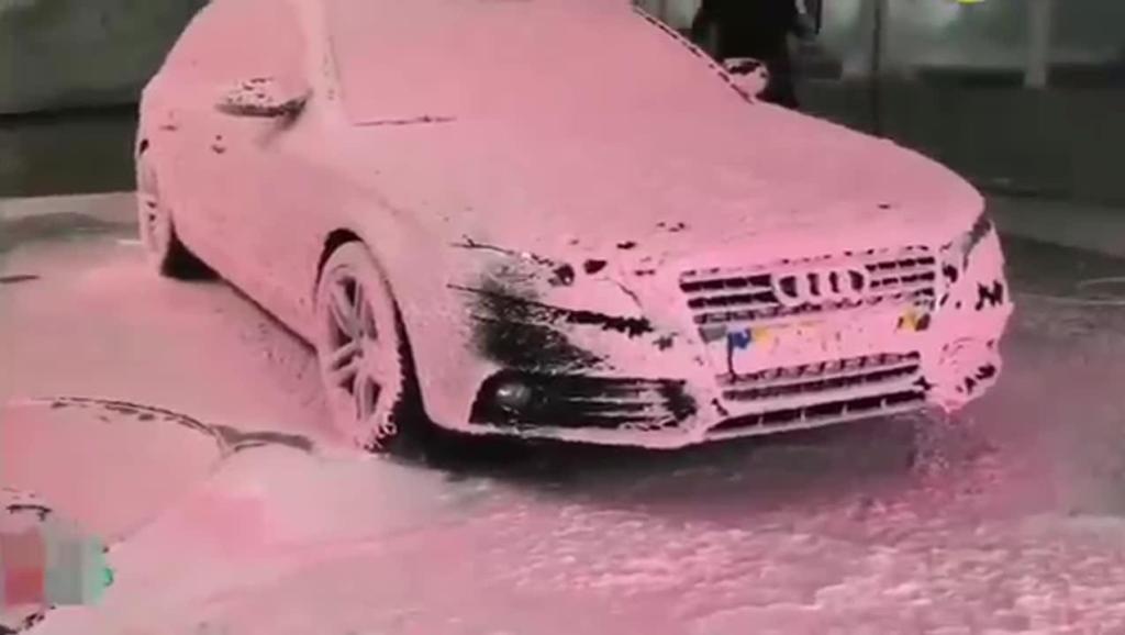 脏兮兮的豪车奥迪来清洗,当洗车工打开水枪之后,我看到了奇迹!