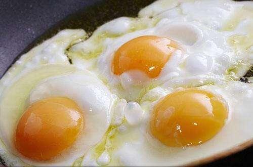 煮荷包蛋要想蛋清不散开 其实也是要一些技巧的, 材料很简单