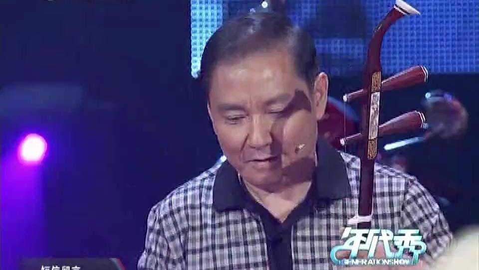 邓小平的扮演者卢奇一曲二胡独奏,轻快欢庆,尽显老艺人的风采