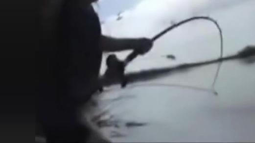 实拍: 同样是钓鱼,当看到钓起来的东西后直接拔腿就跑