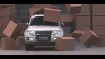 慢镜头看汽车高速撞击纸箱墙,车必须得结实