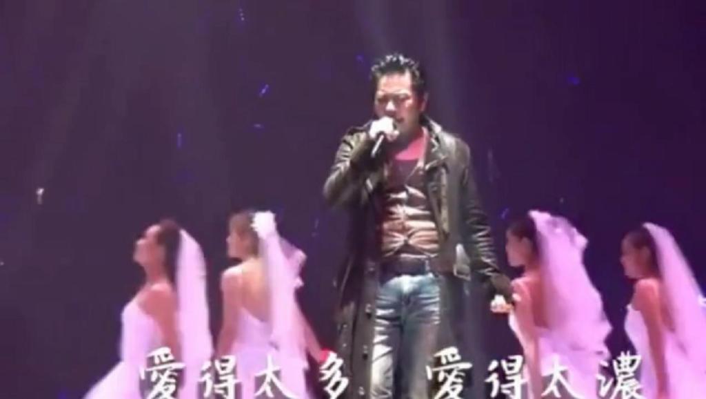 虽说王杰嗓子被人毁了,听这北京演唱会《爱太多》这要比常人付出更多努力!