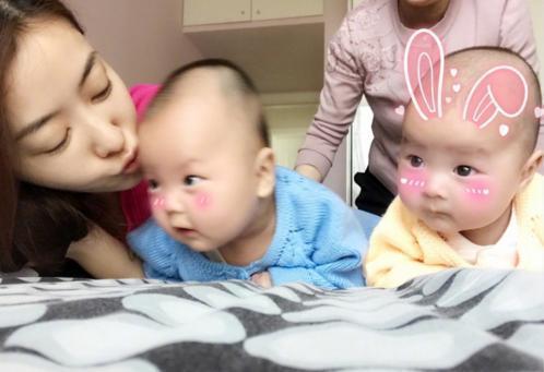 熊黛林陪龙凤胎宝宝一起玩, 暗示接好孕期望生双胞胎