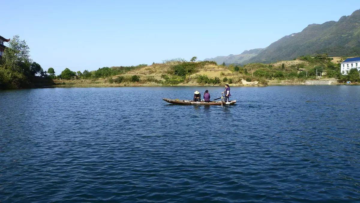"""省级生态旅游风景区.因湖畔山崖上悬有一块""""灵通仙岛""""的古匾而得名."""