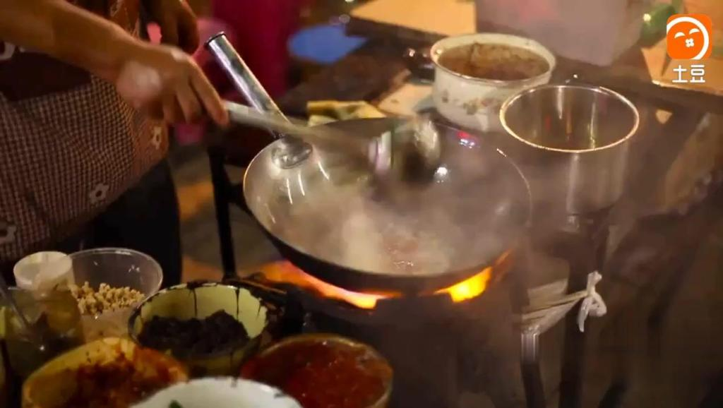 农村夫妻街头卖少数民族小吃,长的像河粉,却更加美味!