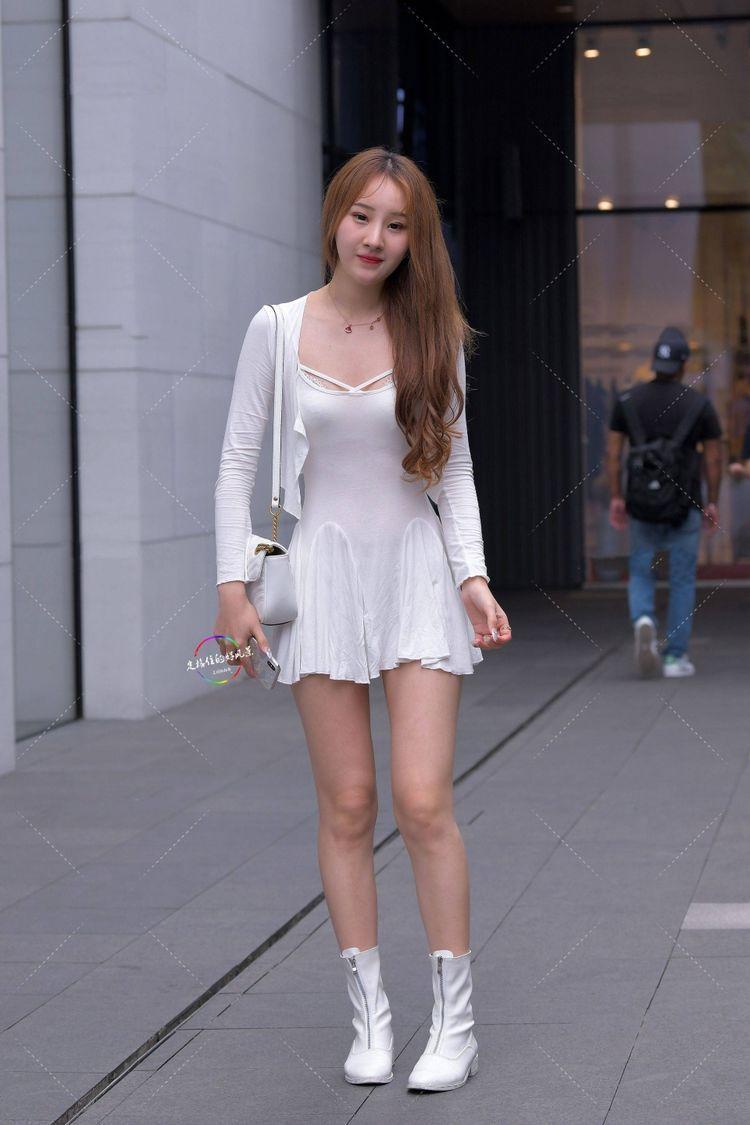 街拍: 白色连衣裙搭配同款小开衫, 轻松又显得活力十足