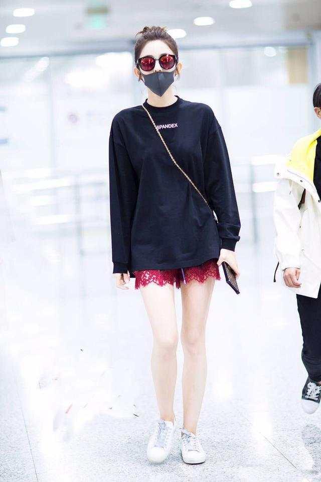 娜扎的红蕾丝短裤够抢眼了, 手机拿反被指摆拍够心机!