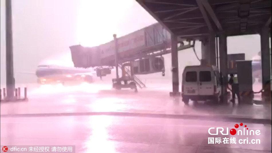 广州揭阳机场飞机遭遇雷击(组图)