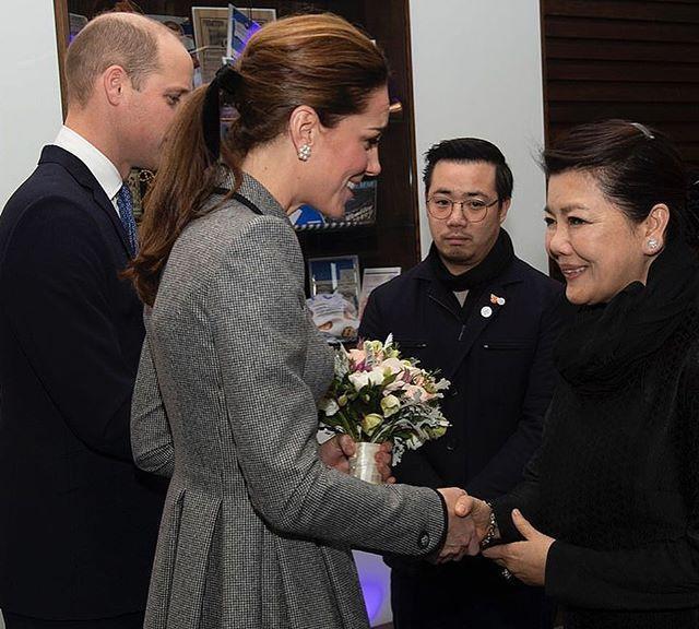 凯特王妃再战旧衣! 穿黛妃爱牌超显瘦、靠「绑带发型」引爆流行!