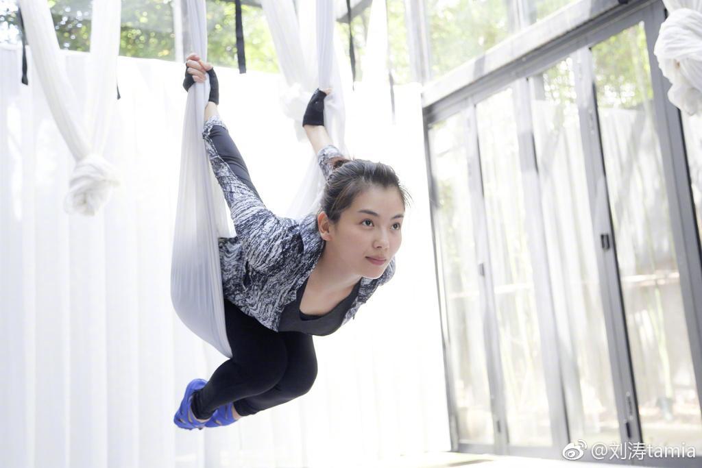 刘涛练空中瑜伽引围观 刘涛将自己空中瑜伽的照片刚上传不久,就引来了大量网友及粉丝们的围观,从刘涛发布的几张照片来看,刘涛做了很多高难度的动作,由此可见,刘涛的韧性是极好的,很多的网友纷纷刘涛:厉害了,我的涛姐,还有网友表示,瑜伽是可以修身养性的,如果你达到一定境界的话,可以做到让身边的喧嚣远离自己,进而可以在瑜伽的世界里找到自我。