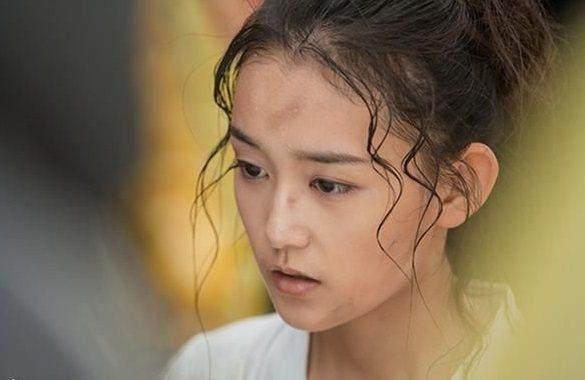 童星出道的蒋依依,可能从小吃可爱长大的吧,圆圆的小脸,弯弯的笑眼,让