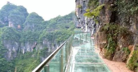 铜仁的悬崖玻璃栈道立于悬崖峭壁之上,依山势而造,全程总长1055米,宽