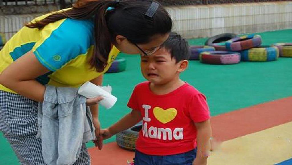 5岁孩子被丢弃幼儿园七天,不见父母来接,打开书包后吓晕老师