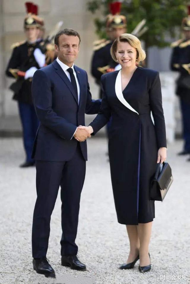 大25岁老婆布丽吉特一直被他宠爱,马克龙和斯洛伐克总统会面时,识趣地后退两步保持距离(图8)