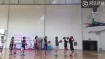 看这个帅不,7个女孩站成一条直线连续投篮命中