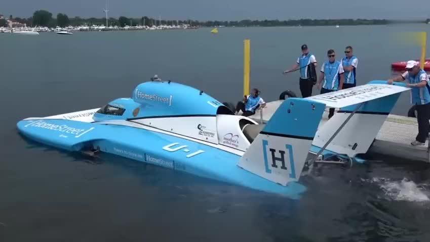 给汽艇装一台直升机发动机,会飞起来吗?