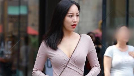 """美女把两条""""丝绸""""挂身上就当上衣, 为了时髦真是""""豁出去了""""!"""