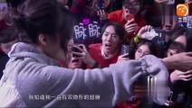 张韶涵歌迷会, 一曲《隐形的翅膀》变成大合唱, 她泪洒现场, 让人看得好心疼