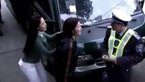 美女面包车违停被交警贴单,亮出自己的尊贵身份后,下一秒交警尴尬了,立马撕了罚单!
