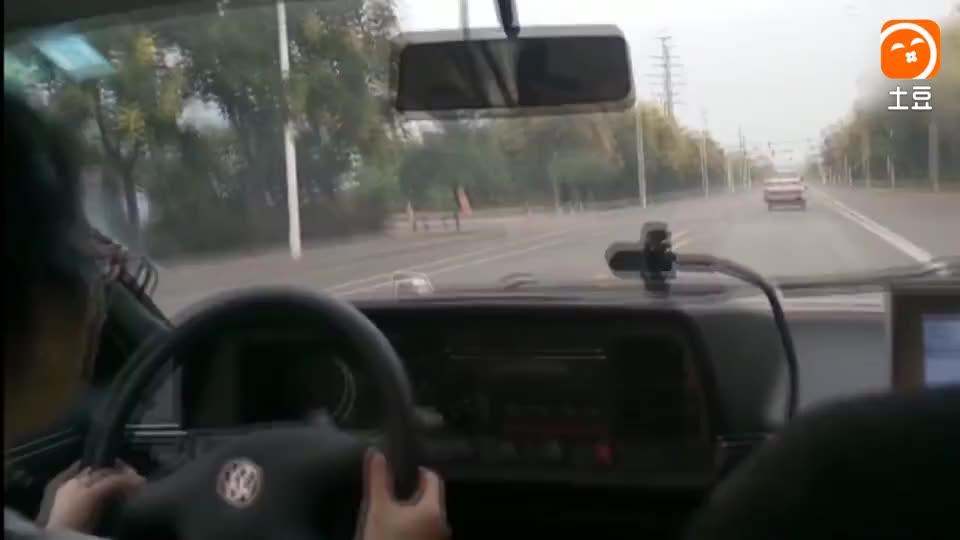 看得人心惊肉跳, 女司机科目三路考, 10分钟2次差点追尾!