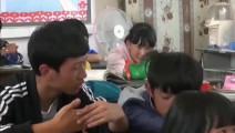 《变形计》小哥俩上课迟到不满老师批评,竟逃课回宿舍还唱起歌来