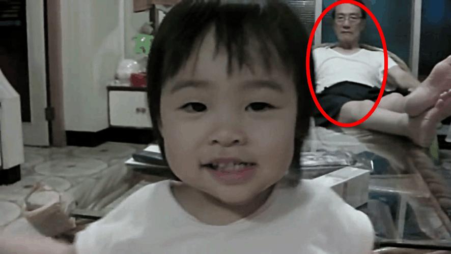 一岁半女孩和妈妈背乘法口诀,被身后爷爷的表情成功抢镜